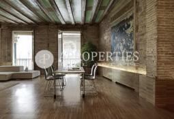 Exclusive main floor in the center of Barcelona for sale