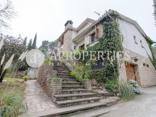 Rustic house with garden for sale in Sant Cugat del Vallès
