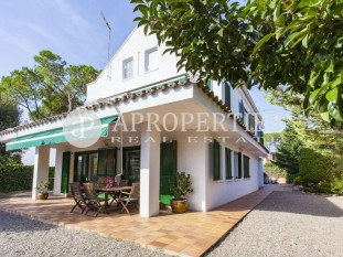 House for sale in Valldoreix with beautiful garden and swimming pool in Sant Cugat