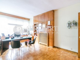 Apartment to refurbish for sale in the Eixample Esquerra, Barcelona