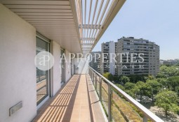 Sunny apartment for rent in Turó Parc
