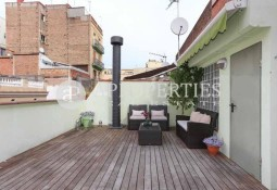 Corner house in a quiet and beautiful street of Vila de Gràcia