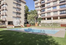 Bright and beautiful apartment with garden and communal pool in Pedralbes