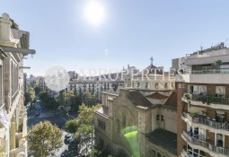 Bright penthouse to reform with terrace next to Paseo de Graci