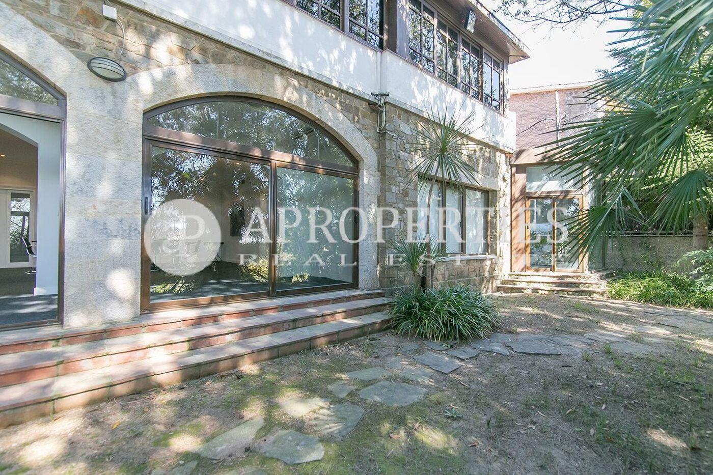 Casa en alquiler con jard n de 1500m2 en pedralbes for Casa alquiler barcelona jardin