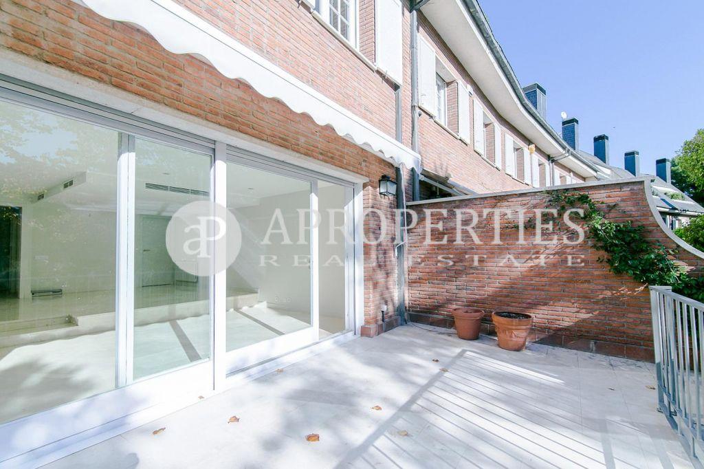 Casa con jard n en alquiler en pedralbes for Alquiler casa jardin barcelona