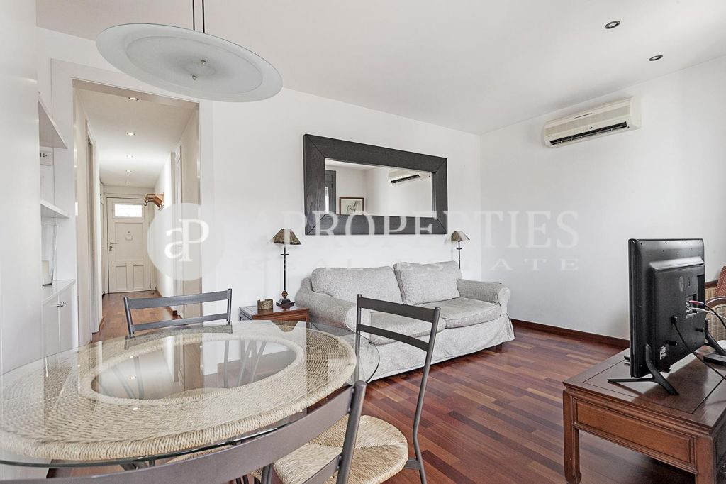 piso amueblado cerca de la sagrada familia. Black Bedroom Furniture Sets. Home Design Ideas