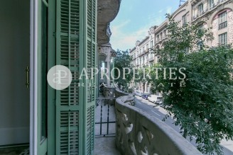 Refurbished and modernist flat in La Dreta de l'Eixample